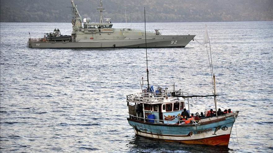 Una barcaza con 66 personas a bordo en busca de asilo a su llegada al puerto de Geraldton, a unos 400km de Perth (Australia). EFE/Archivo.