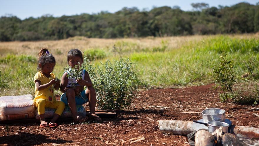 Los niños están especialmente afectados por los pesticidas lanzados sobre las plantaciones de caña de azúcar./ Tatiana Cardeal/ Oxfam Intermón