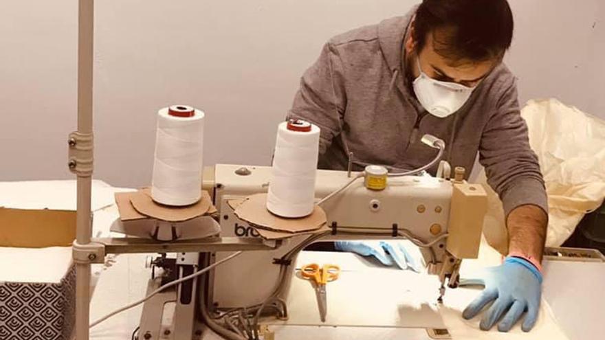 Trabajador de la empresa Camisa Dove Flamenco, que se ha unido a esta acción de Conchita Rey.