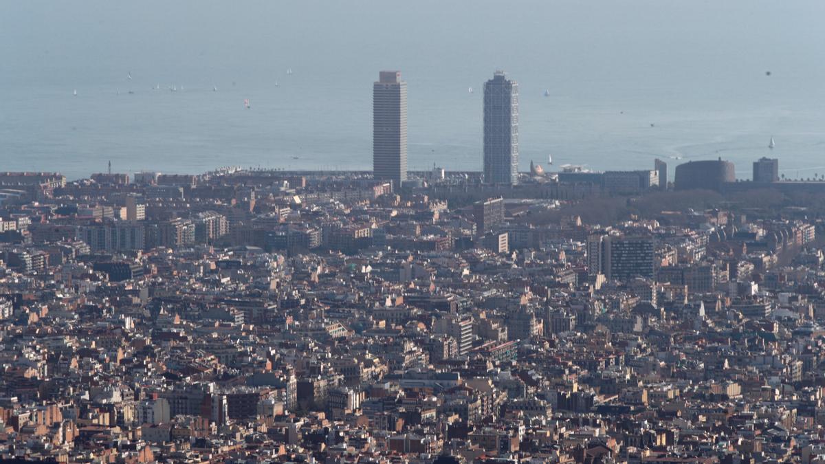 Vista de la ciudad de Barcelona bajo un episodio de alta contaminación. EFE/ Alejandro García/Archivo