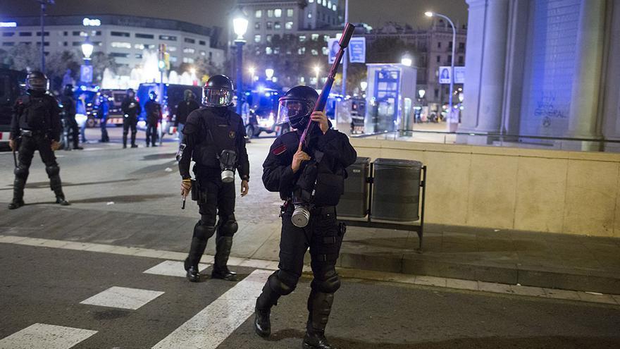 Despliegue de los antidisturbios ayer en el cruce entre Passeig de Gracia y la ronda Sant Pere, justo donde una mujer resultó herida en su ojo izquierdo. / Edu Bayer