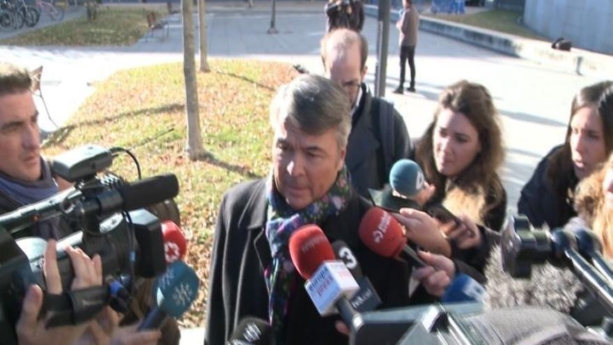 """El abogado de tres acusados por la supuesta violación dice que """"nadie le tiene que traducir las imágenes al tribunal"""""""
