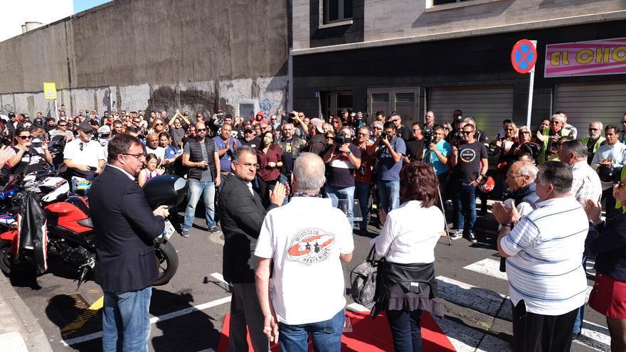 Momento del acto celebrado en el barrio de La Cuesta, en la calle renombrada como Néstor Jorge