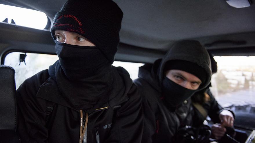 Los saboteadores cubren su rostro para evitar represalias de los cazadores. Foto: Tras los Muros