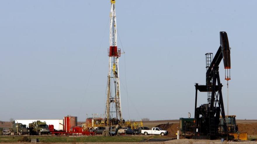 Pozo de petróleo en un campo cerca de Ponca City, Oklahoma, EEUU.