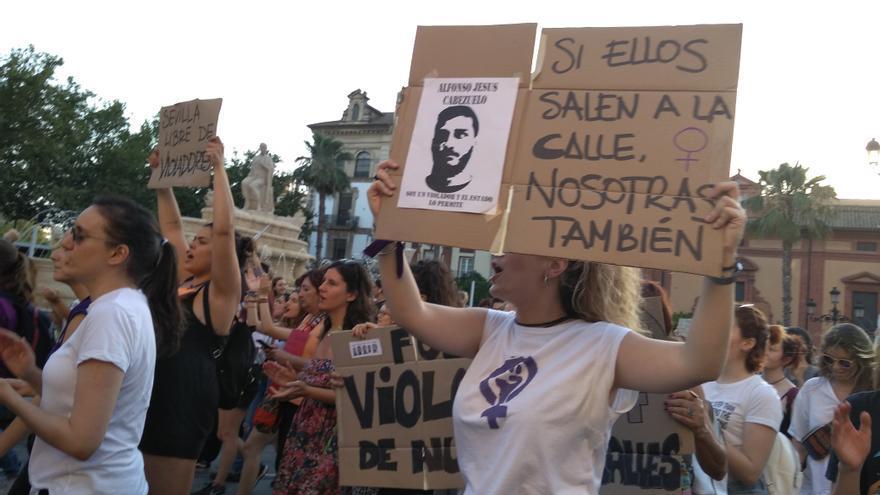"""Mujeres en Sevilla se manifestan en repudio a 'la manada"""""""