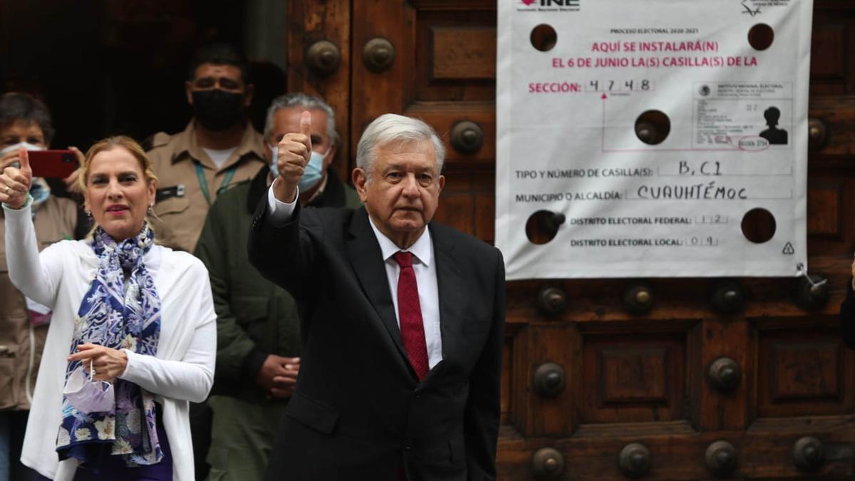 Andrés Manuel López Obrador sale de un colegio electoral