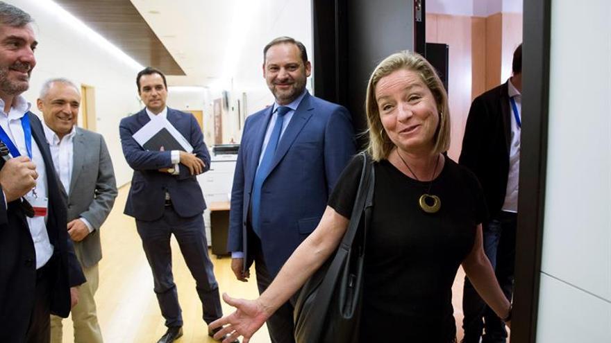 El secretario de Organización del PSOE, José Luis Ábalos (c), momentos antes de mantener una reunión con Ana Oramas. EFE/ Luca Piergiovanni