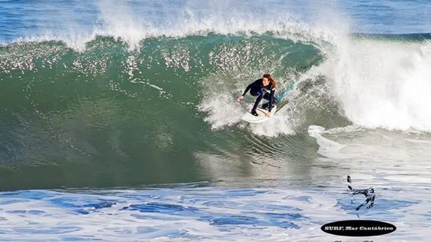 Surfista en la playa de Los Locos en Suances.