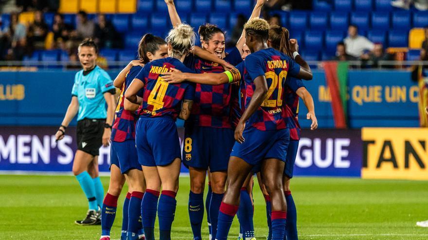 El equipo de fútbol del Barcelona femenino celebra un gol en el partido contra la sección femenina del FC Minsk.
