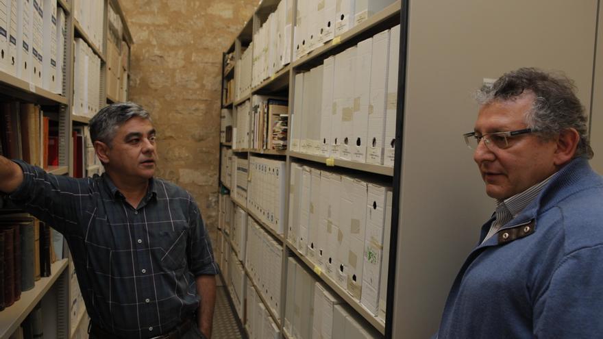 Francisco Escudero y Marcelino Sánchez ante el archivo que contiene los documentos del legado