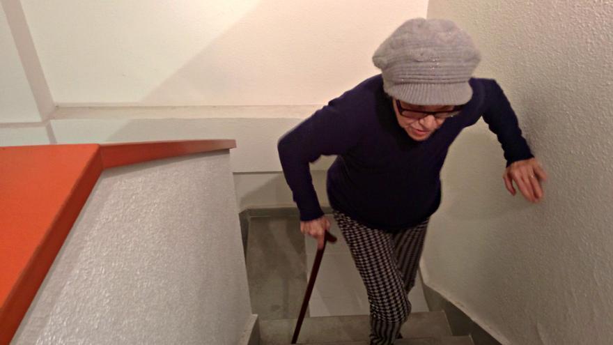 Julia Rodríguez subiendo las escaleras de su casa