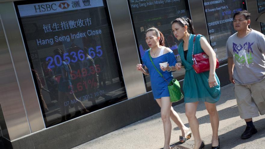 El índice Hang Seng baja el 1,33 por ciento o 262,87 puntos a media sesión