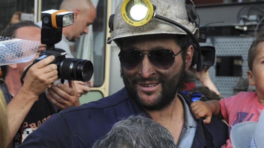 Cientos de personas reciben como héroes a los mineros encerrados de la HVL