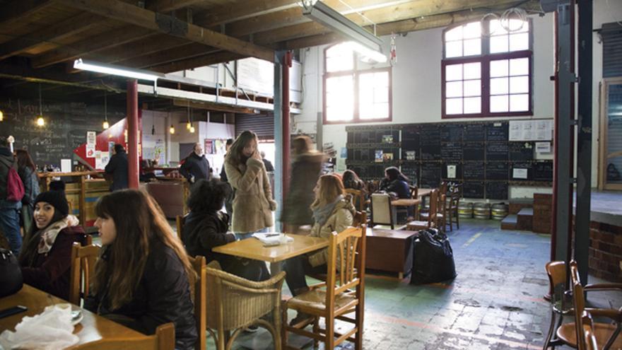 El bar de Can Batlló, con la pizarra de tareas y actos al fondo. FOTO: ANDREA BOSCH