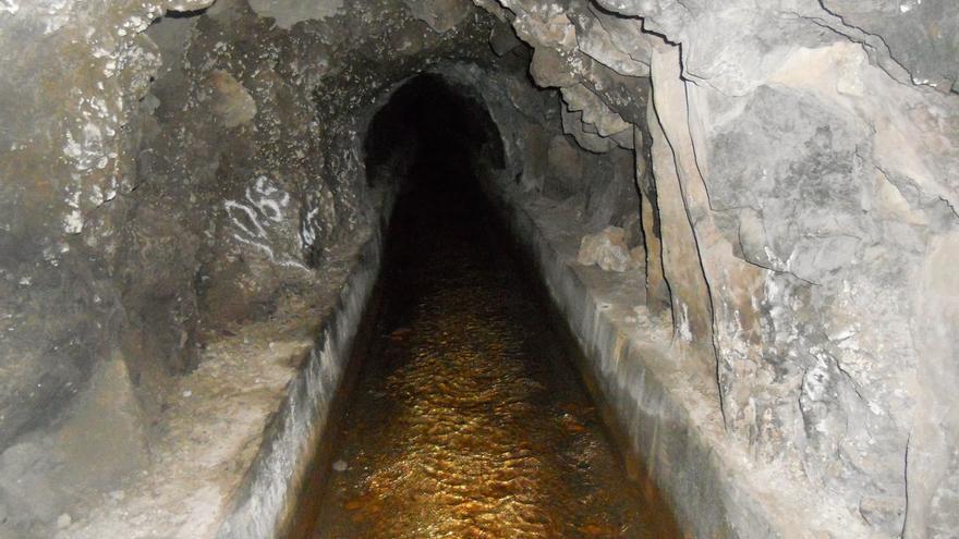 Extracción de agua blanca en una galería, en la isla de Tenerife