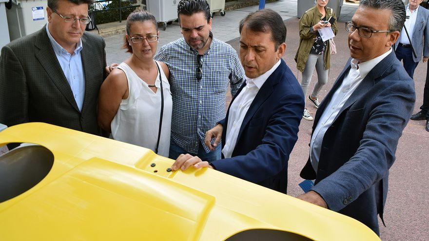 Dámaso Arteaga, concejal de Servicios Públicos en Santa Cruz, a la derecha, junto al alcalde Bermúdez