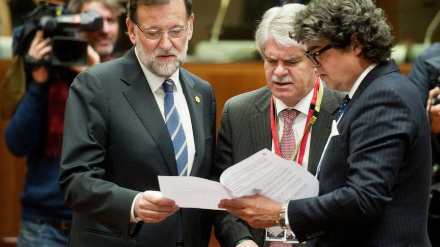 Rajoy, Alfonso Dastis (en el centro) y Jorge Moragas, el pasado marzo en el Consejo Europeo.