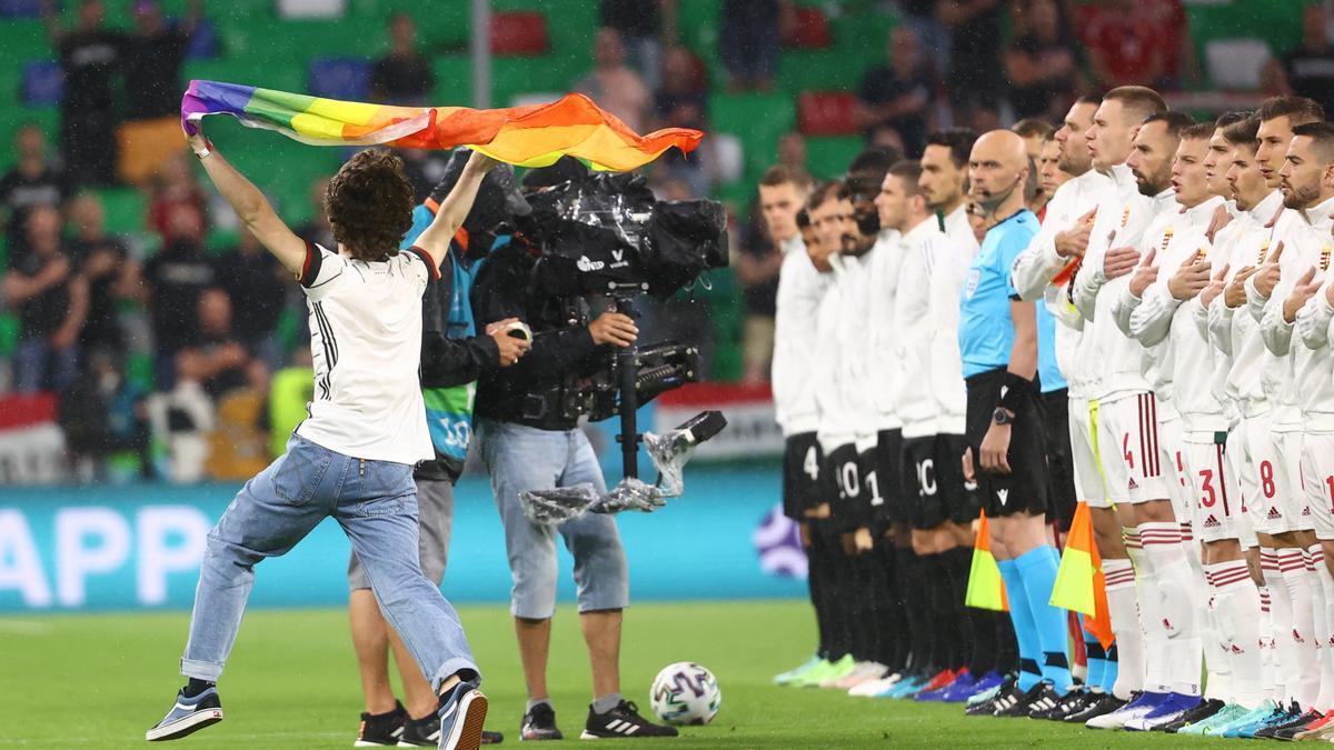 Un espontáneo con una bandera con los colores del arcoíris antes del partido de la Eurocopa entre Alemania y Hungría en Múnich.