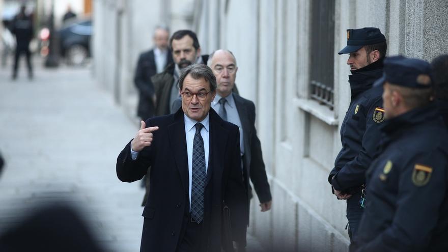 """Artur Mas es increpado al grito de """"ladrón"""" y """"cobarde"""" mientras navegaba por Menorca"""