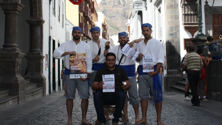 El concejal de Juventud de Santa Cruz de La Palma, Raico Arrocha, con miembros de la organización del Día del Corsario.