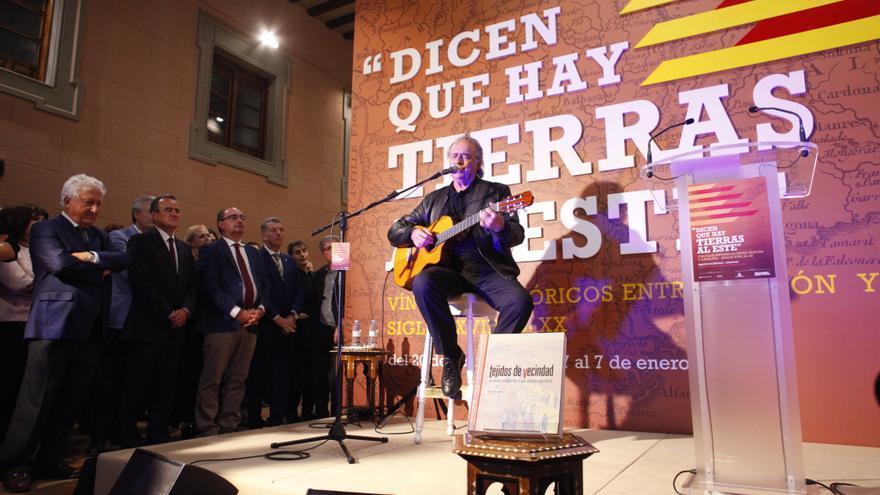 """Joan Manuel Serrat interpretó """"Cançó de Bressol"""" en la inauguración de la exposición"""