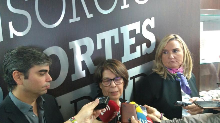 La delegada de Medio Ambiente y Movilidad del Ayuntamiento, Inés Sabanés, y la consejera de Transportes, Rosalía Gonzalo, tras la reunión del Consorcio de Transportes