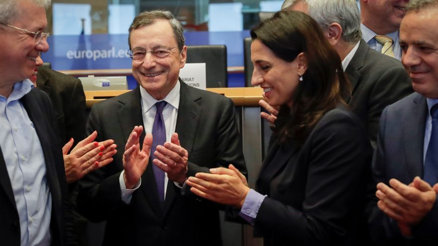 Brussels (Belgium), 23/09/2019.- President of the European Central Bank (ECB) Mario Draghi (C) poses with Members of European Parliament MEP of committee on economic and monetary Affairs ahead to his last hearing in Brussels, Belgium, 23 September 2019. Mario Draghi will leave his post at the end of the month. French Christine Lagarde will be President of the European Central Bank. (Bélgica, Bruselas)