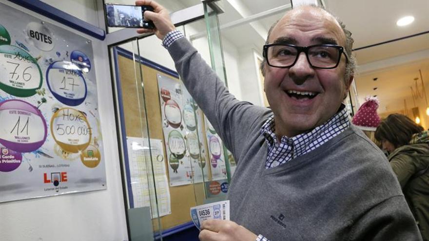El número 04.536, segundo premio del sorteo, viaja también a Galicia