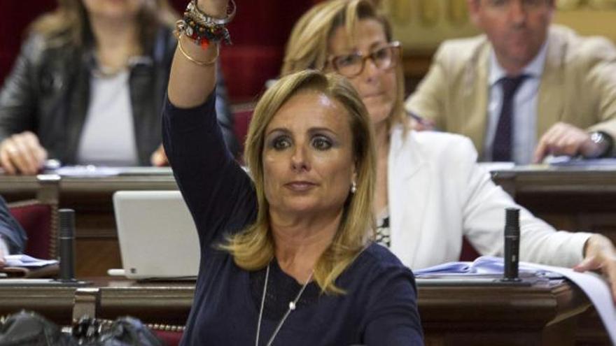 La diputada del PP Mabel Cabrer indica el signo del voto a sus compañeros de partido, en la cual ha defendido que el Parlament inste al Gobierno central para prohibir los proyectos de investigación, prospección o explotación de hidrocarburos en el mar que afecten a espacios protegidos o zonas especialmente turísticas, como es el caso de las Islas Baleares. EFE