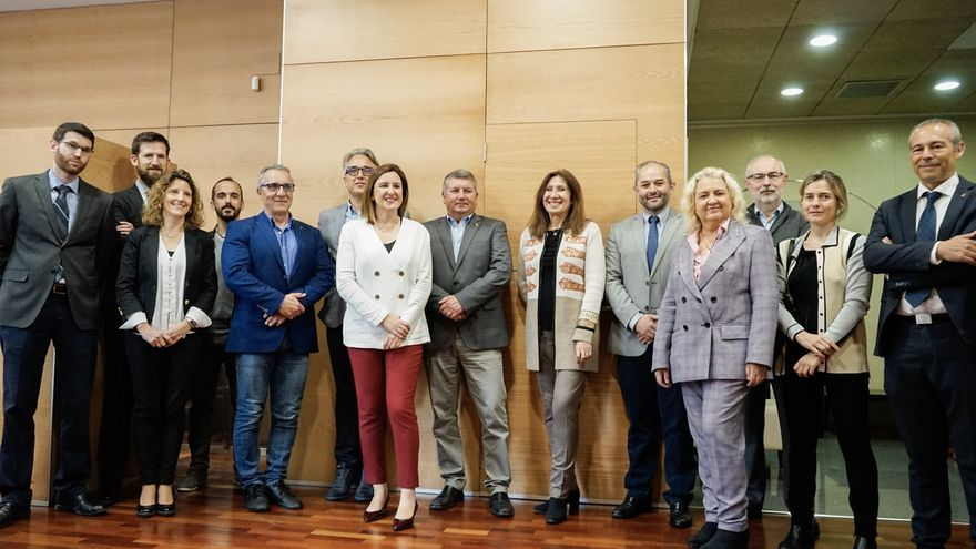 La candidata del Partido Popular a la Alcaldía de Valencia, María José Català (centro, chaqueta blanca), con los representantes de los colegios profesionales