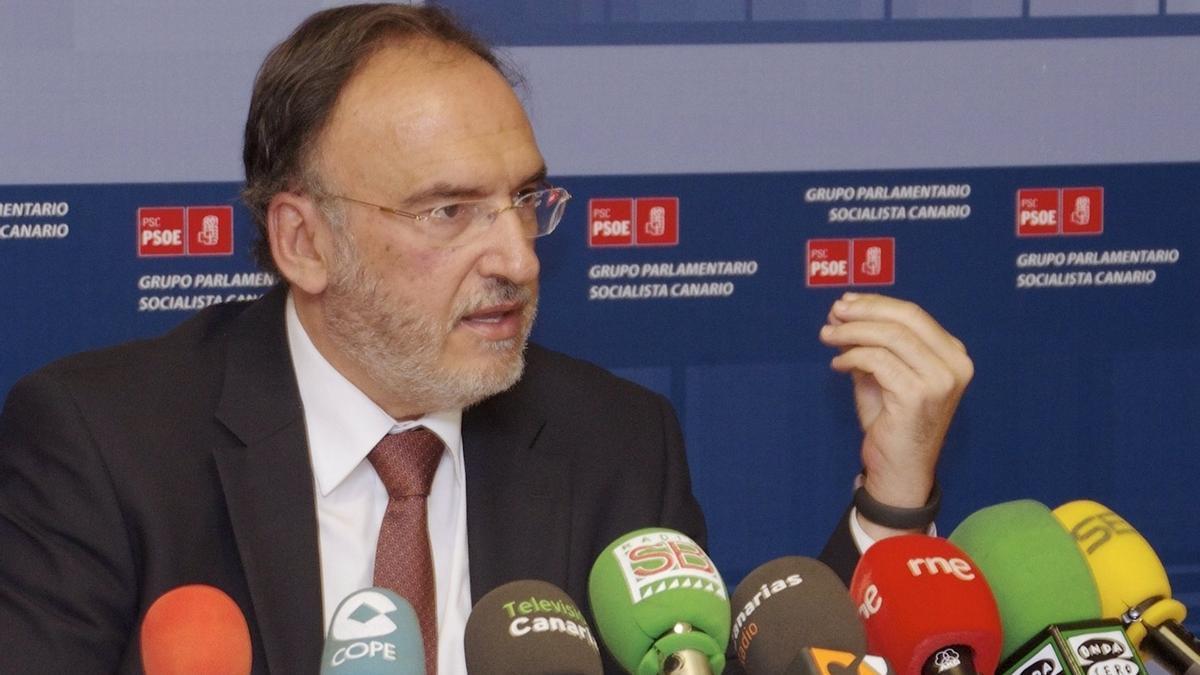 El senador socialista Manuel Fajardo, durante una rueda de prensa