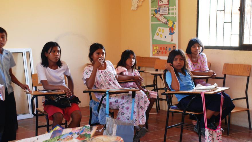 Niñas Wayuu, en una clase en el pueblo de Pessuapa, Colombia. El pueblo está situado en la península de La Guajira, en la frontera con Venezuela, territorio de los ingígenas Wayuu. / UN Photo/Gill Fickling.