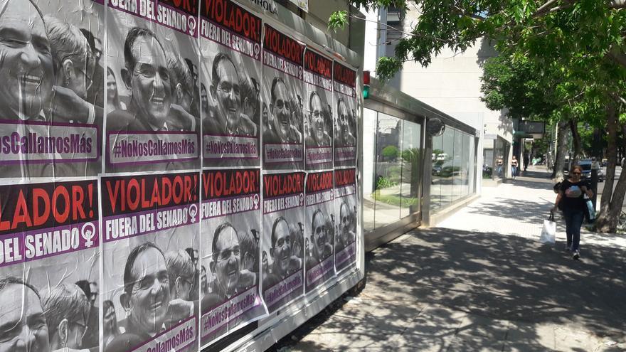 Carteles pidiendo la destitución del senador Alperovich en una céntrica calle de Buenos Aires. José J. Jiménez