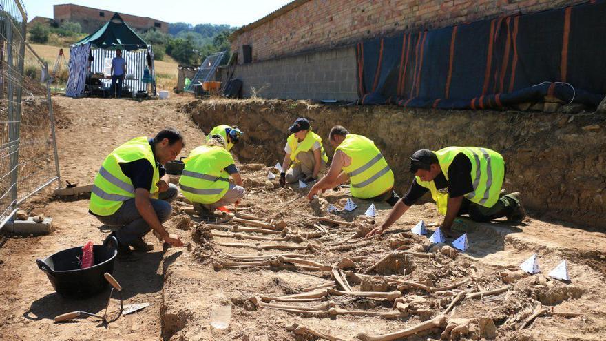 Exhumación de una fosa en Figuerola d'Orcau, Lleida, como parte del programa de memoria de la Generalitat