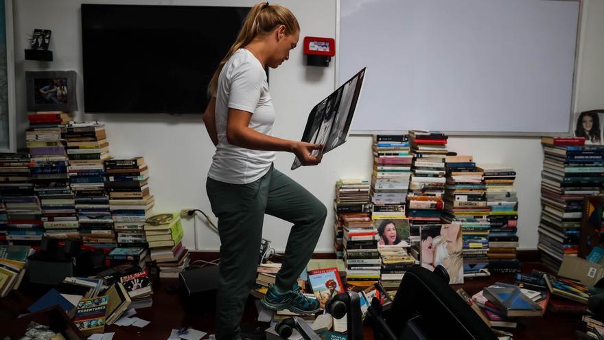 Lilian Tintori revisa los desperfectos en su casa tras ser asaltada.
