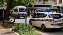 Una patrulla de la Policía de Vitoria, con una ambulancia en la calle de Olaguíbel