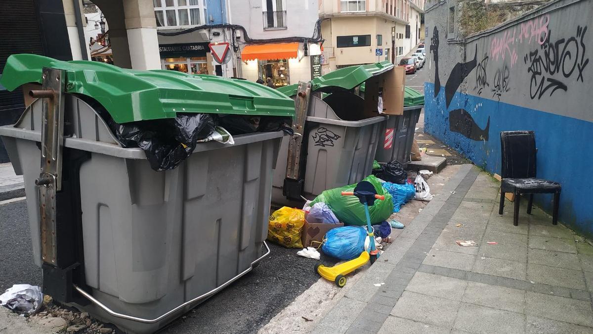 Contenedores de residuos a rebosar en la confluencia de la calle Tantín con Río de la Pila, en Santander.