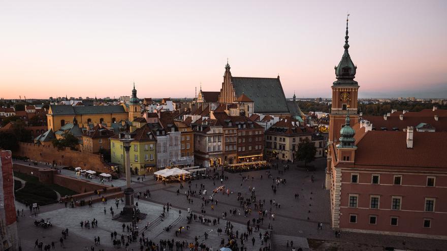Anochece en la Plaza del castillo, corazón del barrio histórico de Varsovia. heroix