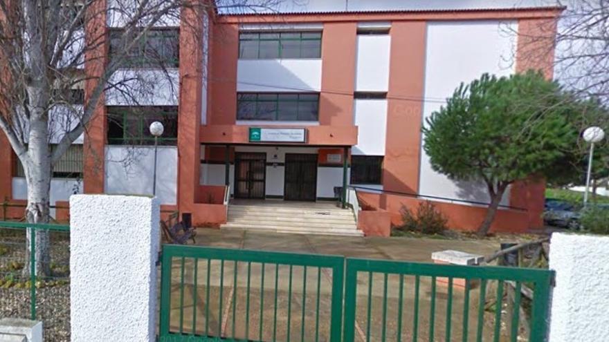 El acceso principal al centro educativo onubense.