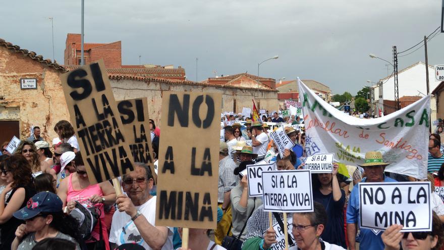 Manifestación contra la minería de tierras raras