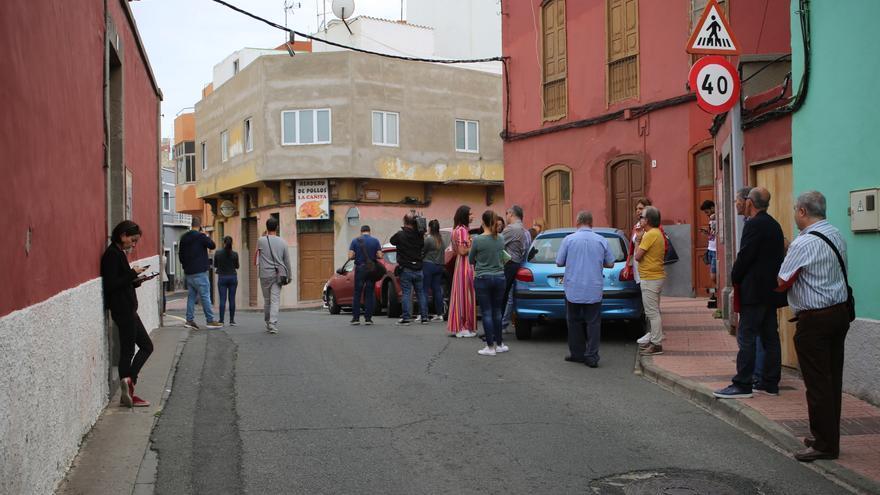 Periodistas y fotógrafos de diferentes medios de comunicación esperando a que llegaran los portavoces del cuatripartito en Telde. (Alejandro Ramos)