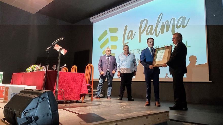 Entrega del título a Alejandro Madrigal Fernández.