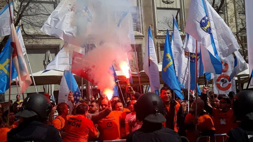 Incidentes entre trabajadores de Alcoa y la Policía frente al Congreso con un manifestante detenido