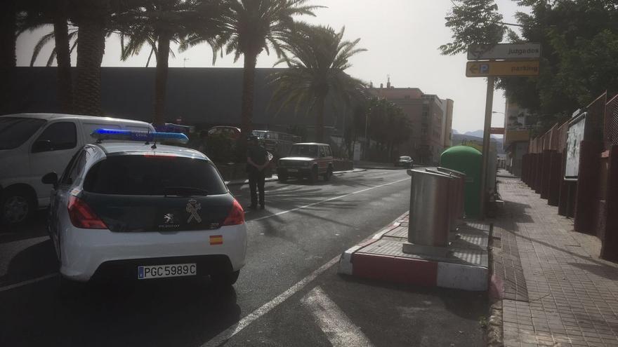 La Guardia Civil detona una mochila y un maletín abandonados junto al cuartel de Vecindario