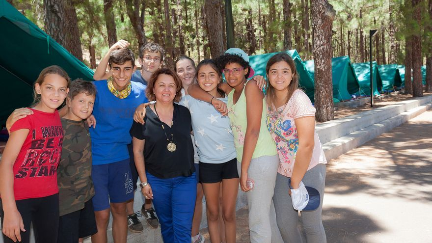 Participantes del campamento de verano de La Esperanza junto a la consejera Josefa Mesa