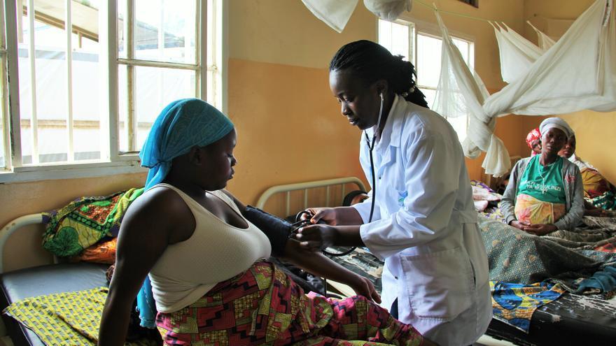 La doctora Gracia Ndimi Kabwe examina a una embarazada de alto riesgo en el hospital de Rubaya, en Kivu Norte.