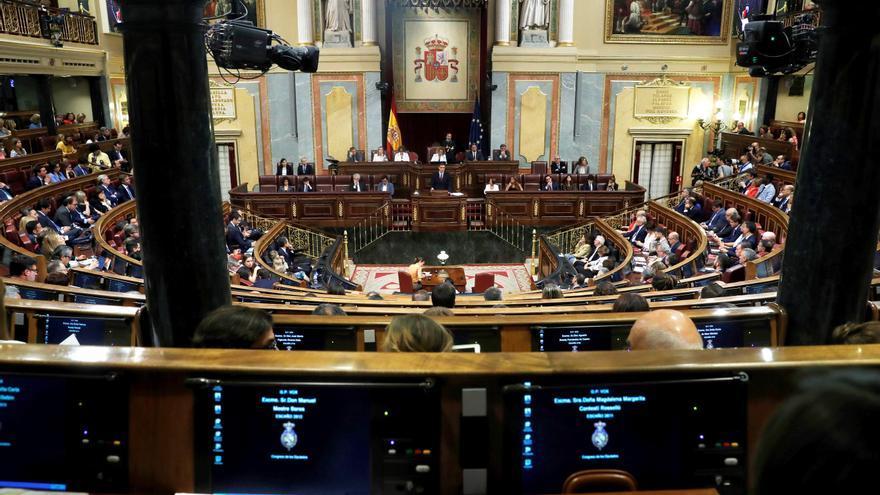 Pleno del Congreso de los diputados con los ordenadores de los escaños que emplean Windows XP.