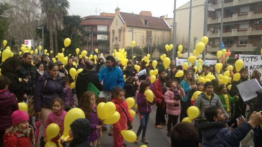 Famílies de l'escola Xarau a punt de fer enlairar globus davant l'Ajuntament de Cerdanyola del Vallès, en una de les seves moltes accions reivindicatives. (Foto: @AmpaXarau)
