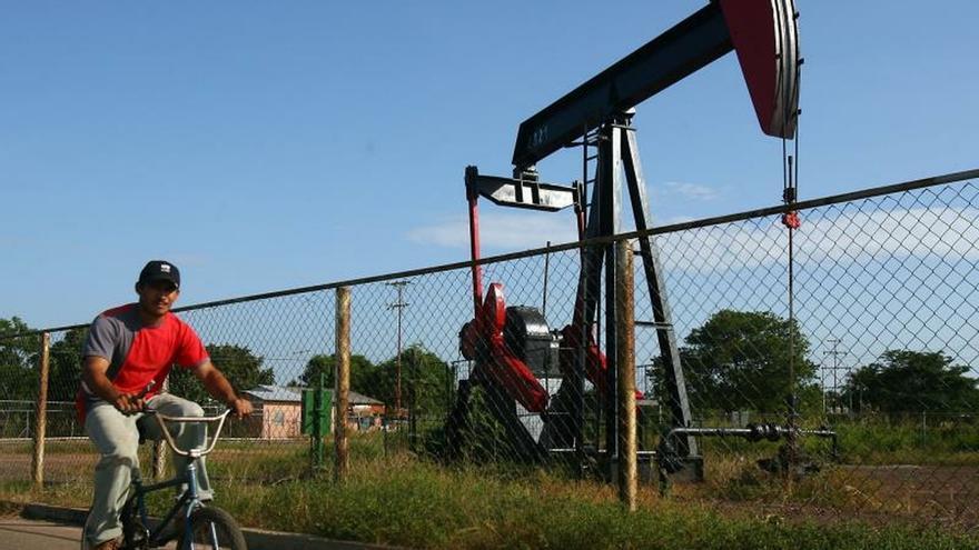 El petróleo venezolano rompe la racha negativa y sube a 55,87 dólares